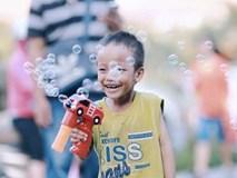 Nhiều người muốn giúp cậu bé 5 tuổi trong bức ảnh xếp dép được đi học miễn phí