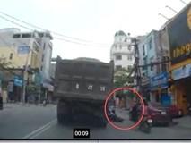 Clip: Dân mạng lùng tìm ôtô mở cửa vô ý thức suýt làm 2 em nhỏ chết dưới bánh xe tải