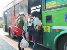 Hai tuyến xe buýt miễn phí vé, tặng hoa cho phụ nữ ngày 8/3