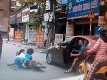 Hai mẹ con suýt chết vì người mở cửa ôtô bất cẩn