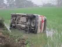Xe cứu thương lao xuống ruộng, dân phá kính cứu bệnh nhân