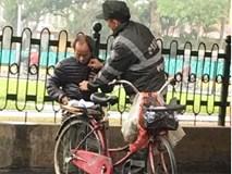 Xúc động hình ảnh một cảnh sát cơ động tặng áo cho cụ ông ngày gió rét