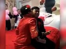 """Video: Làm """"thợ đào mỏ"""" máy bay bà già, chàng phi công trẻ vẫn làm mình làm mẩy trong đám cưới"""