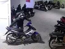 Camera ghi cảnh kẻ trộm 2 xe máy Exciter ở chung cư trong '5 nốt nhạc'