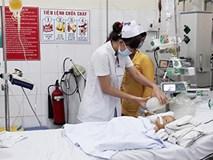 Bé 17 tháng ngã cắm đầu vào xô nước, bác sĩ tiếc vì cha mẹ không biết sơ cứu