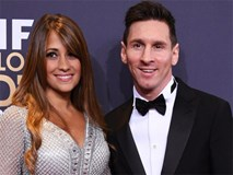Messi và bạn gái kẹt cứng trong xe khi bị CĐV Barca vây quanh