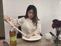 Cô gái văn phòng tái xuất khi tự nhào bột làm mì tương đen cực chất