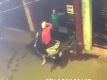 Clip: Vài giây lơ là, người phụ nữ bị cướp giật điện thoại ngay trong hẻm nhỏ ở Sài Gòn