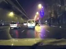 """Lao thẳng vào ô tô, chàng trai khiến cả phố """"đứng tim"""" vì hành động dại dột"""