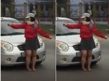 """Vô duyên cớ, người phụ nữ chặn đầu """"quấy rối"""" người tài xế ô tô"""