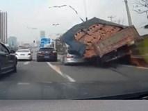 Clip: Tai nạn bất ngờ, xe con bị đè bẹp bởi hàng tấn gạch
