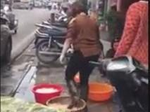 Chủ quán lòng nổi tiếng ở Hàng Thùng nói gì về việc đi ủng rửa lòng lợn bằng chân?