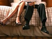 Đứng chôn chân nhìn vợ và bạn thân vào khách sạn
