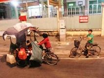 """Bốn mẹ con trên chuyến xe rác ở Sài Gòn: """"Dù thế nào cũng phải lo cho tụi nhỏ đi học"""""""