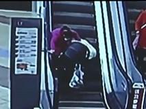 """CLIP: Người phụ nữ """"liều mình"""" đem xe đẩy lên thang cuốn khiến em bé rớt ra ngoài"""
