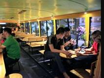 Siêu độc Hà Thành: Ngồi 'máy bay' uống cà phê, lên ô tô ăn bún chả