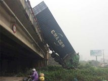 Hiện trường 3 xe container đâm liên hoàn, cắm đầu xuống cầu Thanh Trì