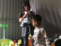 Người mẹ bắt con đứng ngoài trời mưa, rét từng bị bán sang Trung Quốc