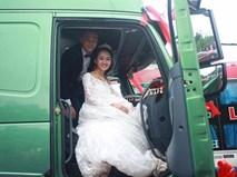 Rước dâu bằng cả dàn xe tải, cô dâu cười mãn nguyện vì đã 'lừa' được chú rể