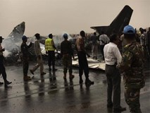 NÓNG: Máy bay chở 44 người gặp tai nạn vỡ tan tành và bốc cháy dữ dội
