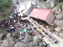 Gặp chiếc container ngược chiều mất phanh, tài xế xe tải hốt hoảng để xe lao thẳng xuống suối