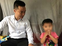 Bé gái 3 tuổi bị mẹ lột quần áo bắt đứng ngoài trời mưa rét được đi học