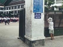 """Trong sân trường là học trò áo trắng tung tăng, ngoài cổng trường là một khoảng """"lặng"""""""