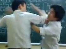 Chào thầy giáo dạy Toán bằng tiếng Anh, nam sinh bị đánh trong lớp