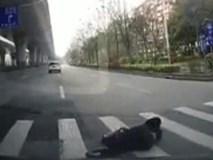 """Người phụ nữ và cú ngã khiến tài xế ô tô """"đau đầu"""" tìm cách xử lý"""