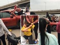 2 phụ nữ trèo lên ô tô, dùng gậy đập cửa kính đánh ghen ngay trên phố