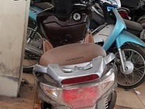 Vợ bóp cổ công an để chồng và người thân lấy xe máy bị tạm giữ