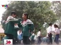 Học sinh tập thể dục bằng nhảy Cha Cha Cha giữa sân trường