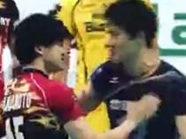 2 hot boy bóng chuyền hôn nhau giữa sân, fan nữ hú hét điên cuồng vì ganh tị