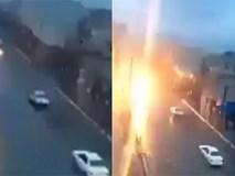 Video: Đang đi trên đường, chiếc xe ô tô bị sét giáng xuống, bốc cháy dữ dội