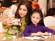 Video: Cận cảnh nhan sắc như chị em sinh đôi của Hoa hậu Đỗ Mỹ Linh và bé Bảo Ngọc