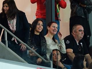 Bạn gái căng thẳng khi xem bóng đá cùng mẹ Ronaldo