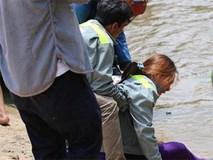 Mẹ gào khóc tìm con 11 tuổi bị nước sông cuốn khi tắm sông Sài Gòn
