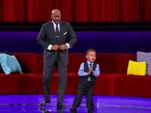 Cậu bé 5 tuổi khiến hàng trăm người cùng cất tiếng hát