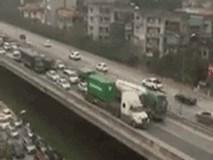 """Clip: Cặp đôi container """"bò"""" trên cao tốc, cả đoàn xe uất ức nối theo sau"""