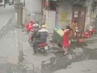 Camera ghi hình 2 thanh niên nghi giật trang sức trên phố