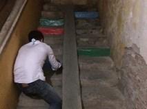 """Nửa đêm, vợ phát hiện chồng sơn cầu thang khu tập thể màu """"cầu vồng"""", và đây là lý do"""