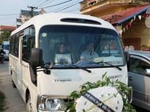 Bé gái Việt đã về đến quê cha, người thân, xóm làng đón em trong nước mắt