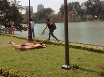 Hai nữ du khách ngoại quốc mặc bikini phơi nắng bên hồ Hoàn Kiếm