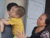 Cảnh gà trống nuôi con của người cha 9X bị mất hai tay