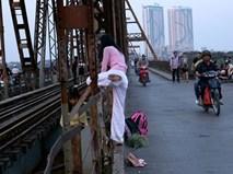 Mạo hiểm tính mạng chụp selfie trên cây cầu trăm tuổi