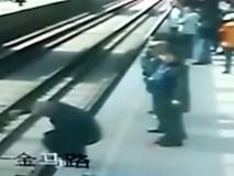 Cụ ông 80 tuổi nhảy xuống đường ray ngay trước khi đoàn tàu tới và cái kết không ai ngờ