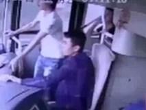 Tai nạn xe khách kinh hoàng khiến 2 người bị húc văng ra khỏi cửa chính