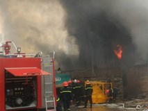Clip hiện trường đang cháy lớn trên đường Phạm Hùng - Hà Nội