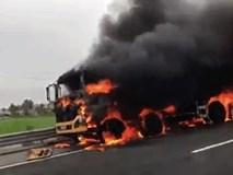Clip: Xe tải bất ngờ bốc cháy dữ dội trên cao tốc Hà Nội- Hải Phòng, tài xế đạp cửa thoát
