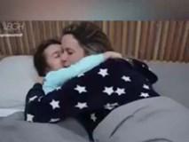 Video: Chớ dại chia giường ngủ chung với con, bạn sẽ